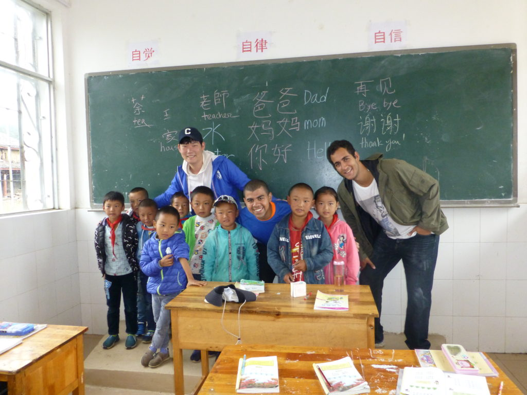 Syracuse Beijing students with schoolchildren